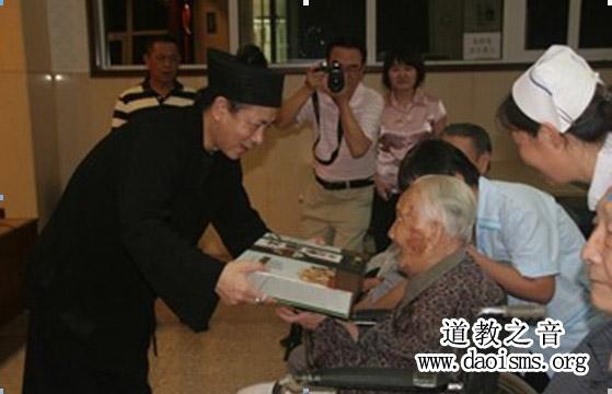 北京弘道济世专项基金开展中秋送爱心活动