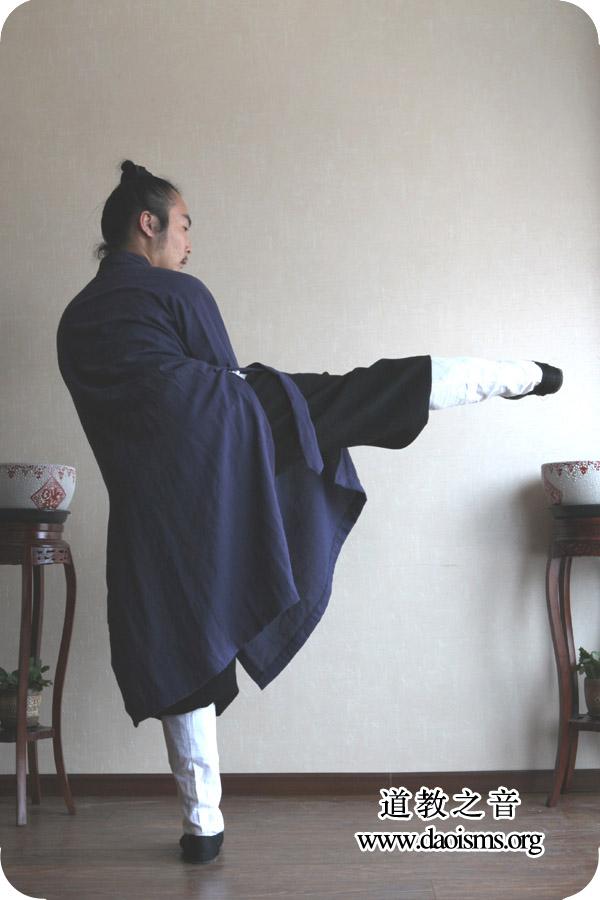 武当三丰太极拳28式第十式  右起腿