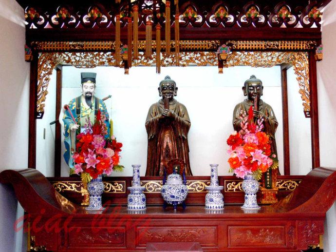 白云观祖师殿,中间是正一教主张天师,右边是许天师,左边是吕纯阳