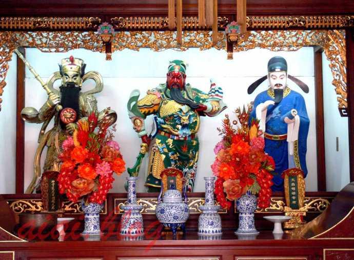 白云观财神殿,中间是关圣帝君,右边是文昌帝君,左边是赵公明