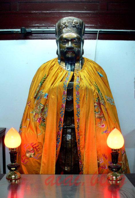 这尊铜像是清嘉庆年间铸造的玉皇大帝坐像,高180厘米,重1.8吨。要一次浇铸成功,在二百多年前,不可想象。这尊铜像现在不在白云观,在旁边的道教协会里面
