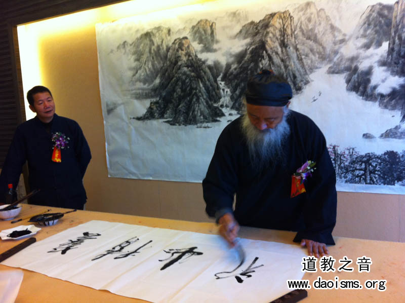 任法融道长在广州纯阳观的书画展上题字