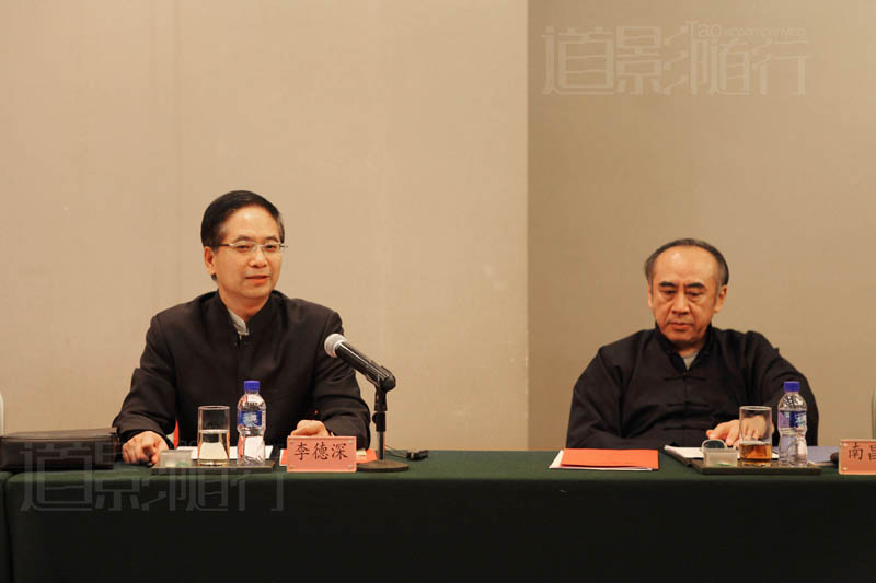 北京市道教协会道教文化研究委员会李德深老师在分论坛讲话,右为北京道协监事长南昌祺