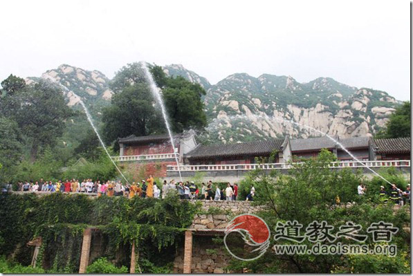 海淀区五大宗教人士在北京龙泉寺参加消防知识讲座和演习