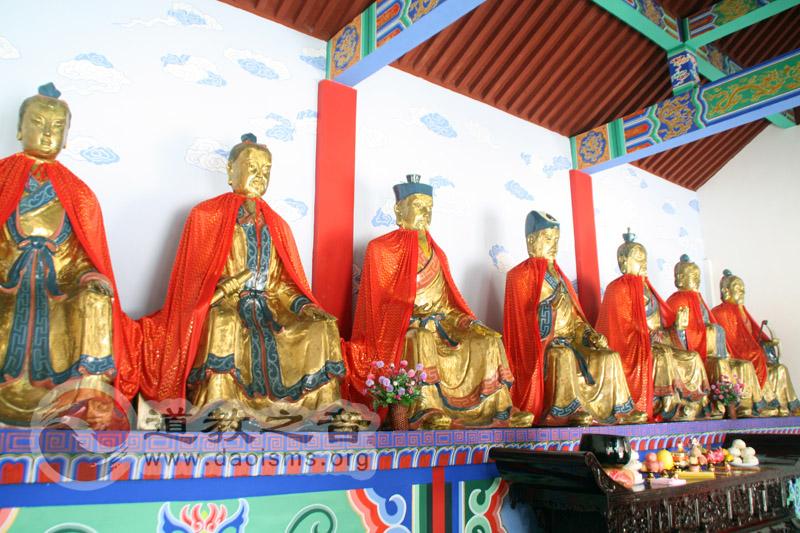 玉虚观七真殿内七真神像