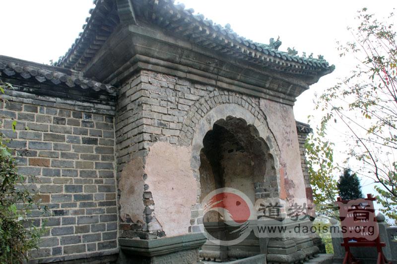 到明世宗嘉靖十五年(公元1536年),本宫殿宇房屋已扩大到640间。清末大部分建筑复毁。现仅存元建石殿、明建南天门、碑亭、两仪殿等建筑;