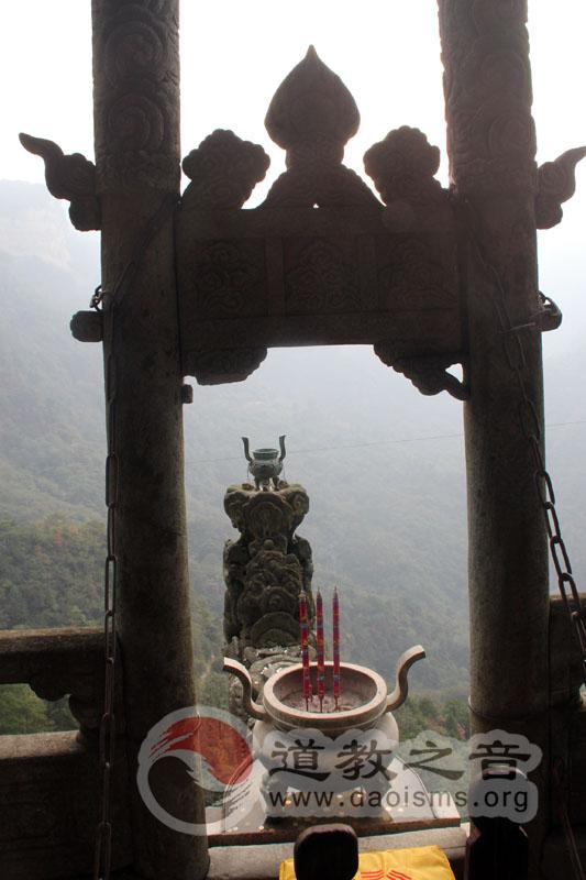 """两仪殿前为著名的龙首石,俗称""""龙头香""""。龙首石悬挑于绝壁外,前临万丈深渊。"""
