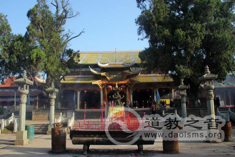 西山万寿宫高明殿,为是万寿宫的主殿,里面供奉净明忠孝道德始祖许逊。