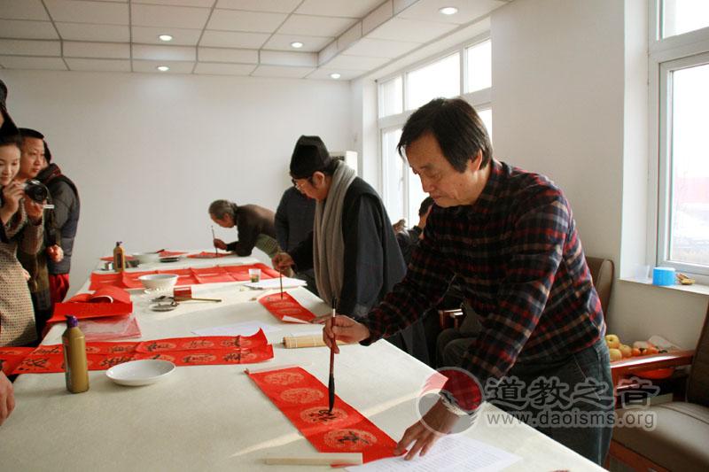 北京道协道家书画会付顺义送春联下乡