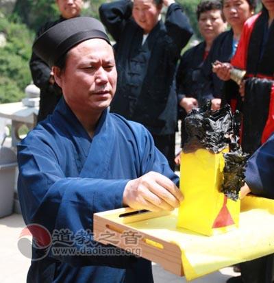 西安金仙观为雅安地震举行祈福法会并捐款