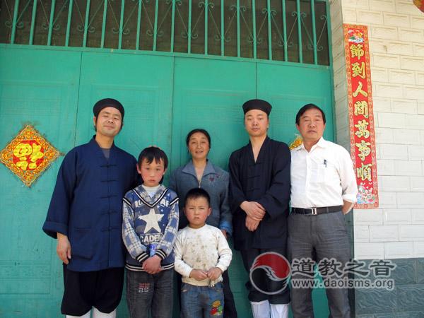 西安八仙宫捐助镇巴山区小学图书及走访贫困孤儿
