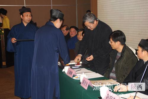 袁莎副局长为《君子如兰——闵智亭大师书画选集》盖印
