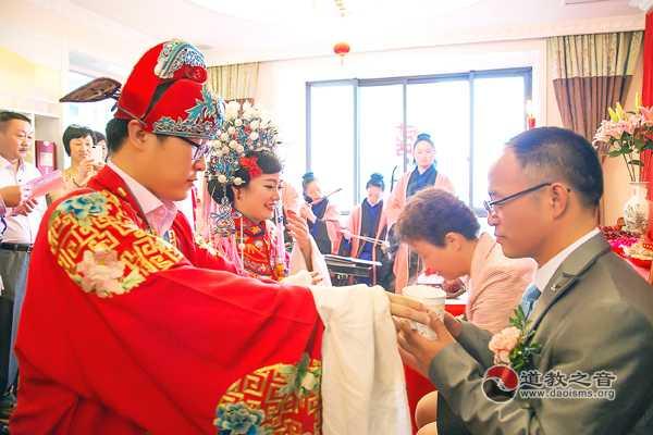 乾元观道众为信众举行道教婚嫁仪式