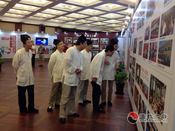 上海白云观参观上海宗教界公益慈善成果图片展