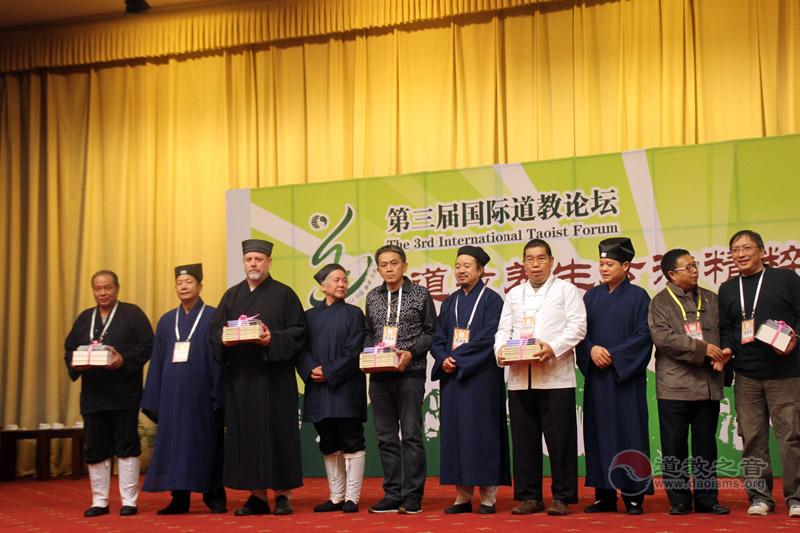 中国道教协会向海外赠送书籍