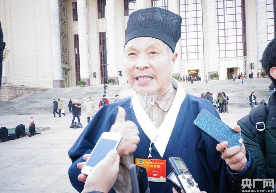 2015年3月3日,来自山东的宗教界刘怀元委员带来三个提案:一是发挥好历史非物质文化物质遗产的作用;二是垃圾的科学分类;三是网络购物的规范管理制度的出台