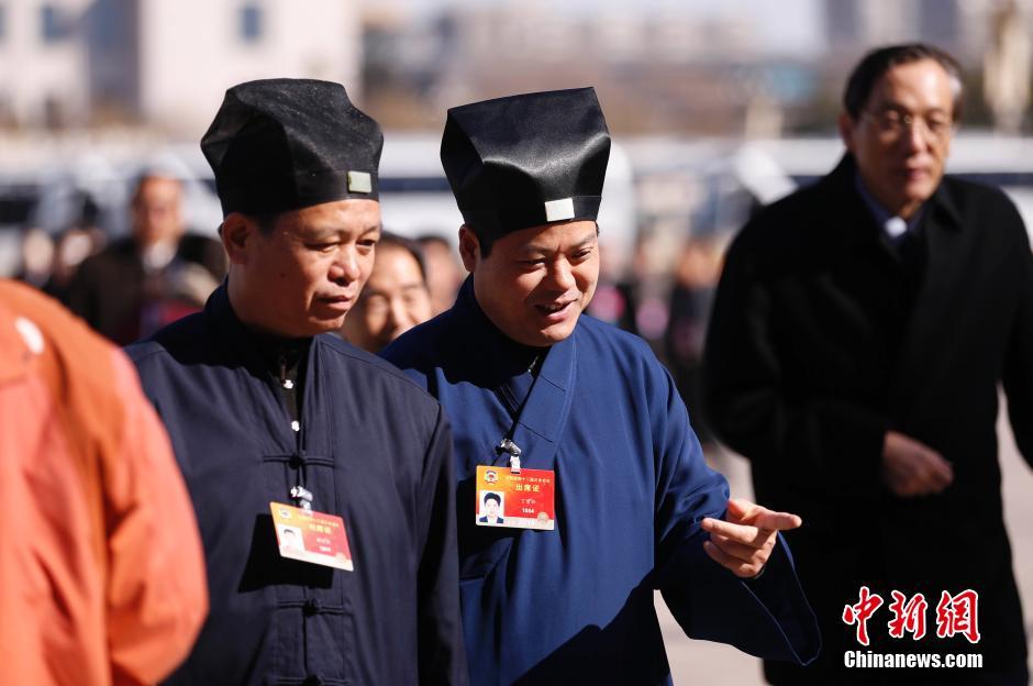 3月9日下午,全国政协十二届三次会议在北京人民大会堂举行第二次全体会议,16位委员围绕经济建设和生态文明建设主题作大会发言。全国政协委员、中国道教协会副会长丁常云(左二)走入大会堂。