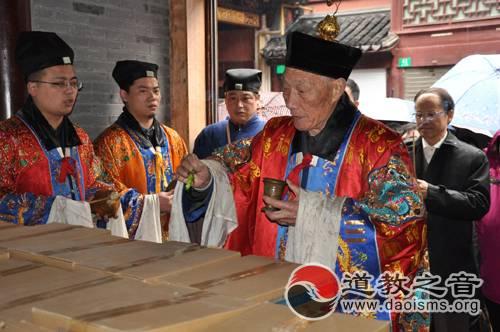 上海城隍庙向市老年基金会捐赠10万卷城隍寿面