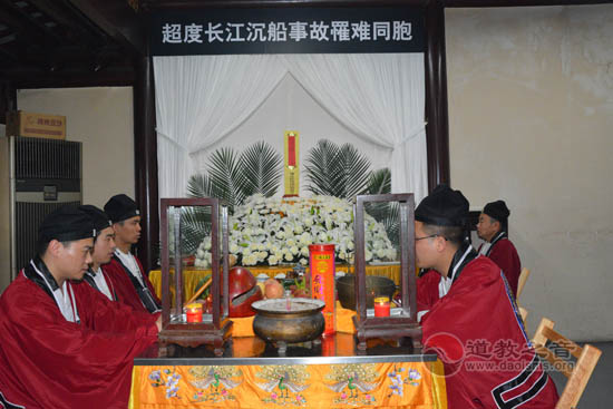 """上海城隍庙为""""东方之星""""轮遇难同胞举行""""头七""""超度法会"""