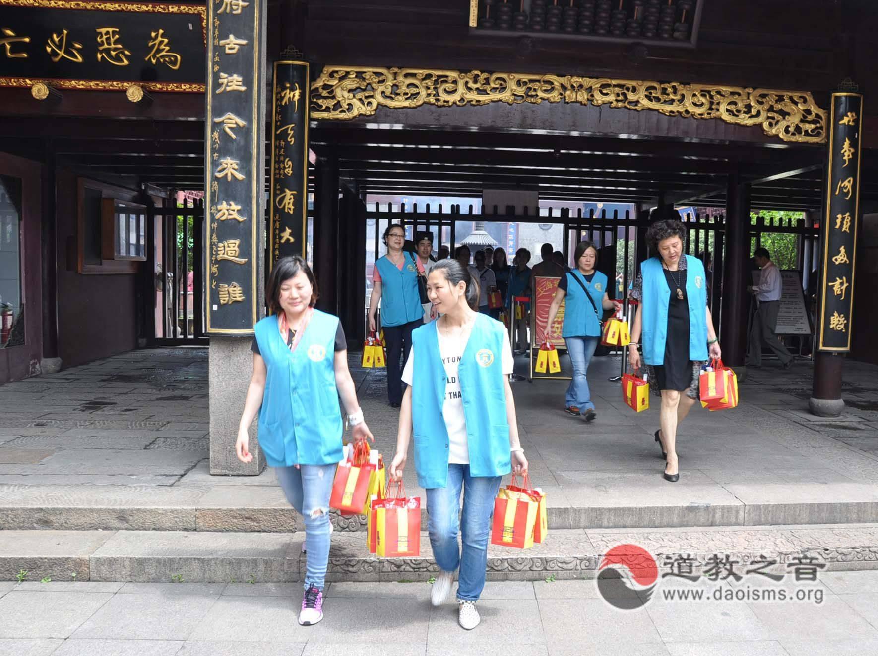 """上海城隍庙举行2015年 """"端午•送平安""""活动"""