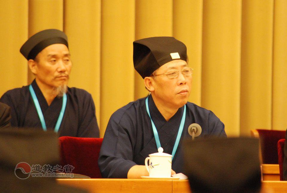 中国道教协会第九次全国代表会议开幕式上,八届理事会副会长张凤林道长主持会议
