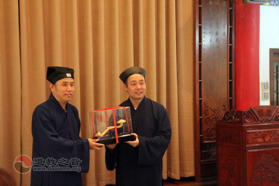 胡诚林道长代表八仙宫向平谷龙王庙回赠礼品