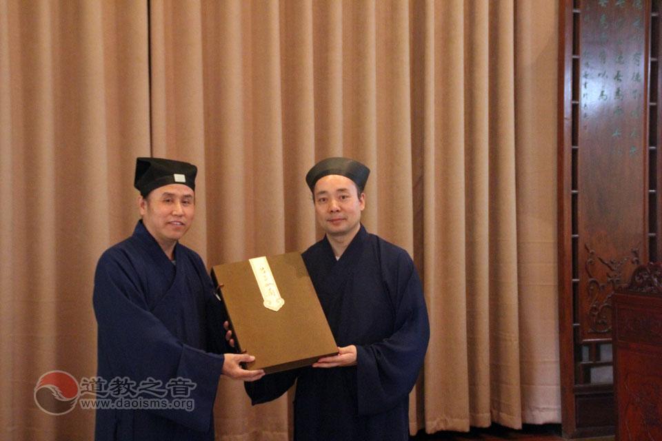 朱崇君道长代表北京道协向八仙宫赠送礼品
