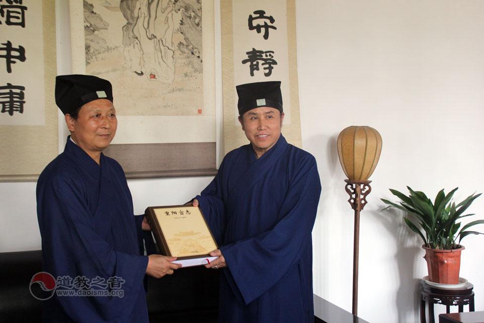 陈法永道长向龙王庙赠送《重阳宫志》