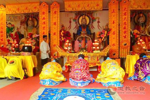 北京平谷龙王庙为天津爆炸受难者举行祈福法会