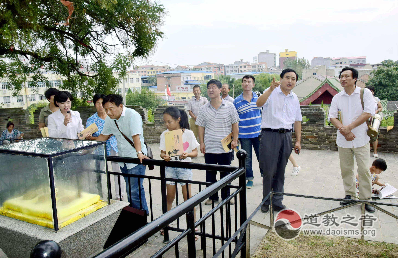 游客登临老君台 旅游工作者志愿讲解抗日传奇