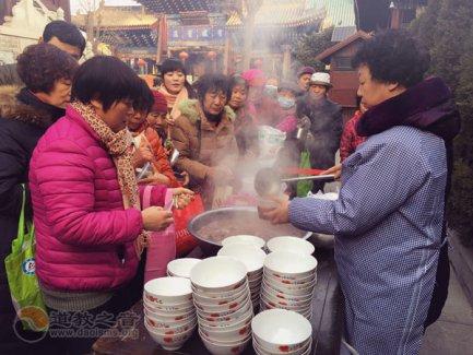 西安市都城隍庙普施腊八粥 为善信祈福增寿
