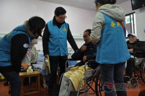 上海市城隍庙开展腊八节为老人送温暖活动