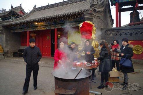 山西太原龙蟠宫道院腊八节举行施粥活动