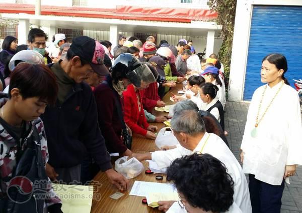 台湾高雄道德院开展寒冬送暖 美浓济贫受感恩