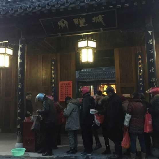 江苏泰州高港区道教场所举行腊八施粥活动