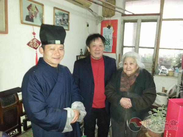 上海浦东崇福道院春节前慰问社区贫困居民