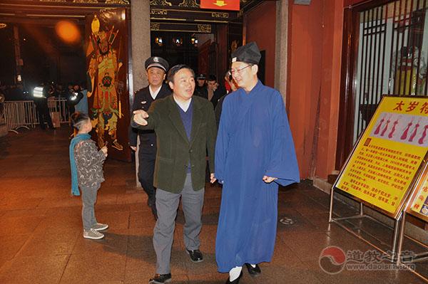 上海黄浦区区委书记翁祖亮一行慰问城隍庙