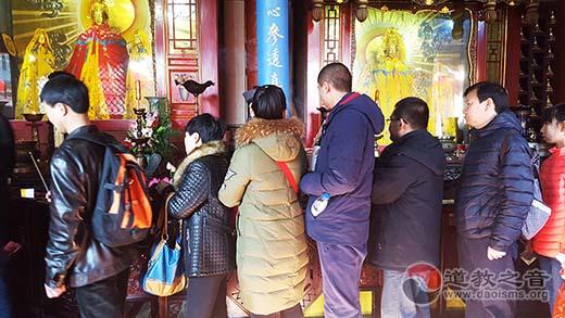 大年初一万千信众游客云集碧霞祠进香祈福