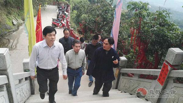 广西桂平市市长陈锦秀调研白石山道教文化