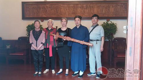 """西安八仙宫接受居士赠送吕祖""""纯阳宝剑"""""""