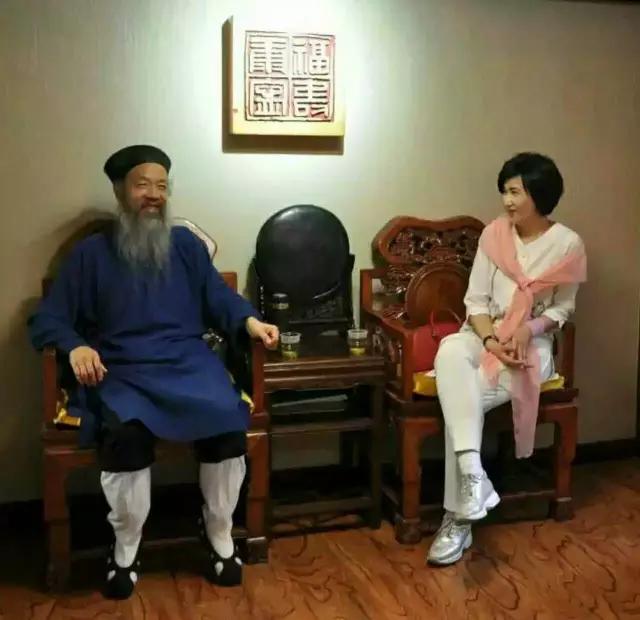 凤凰卫视主播吴小莉到武当采访李光富道长