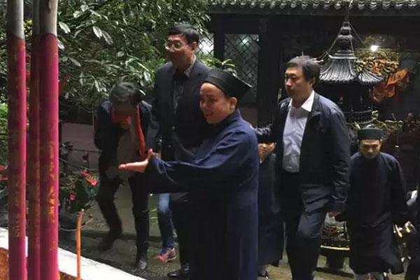 泰国立法议会主席蓬贝一行参访四川青城山