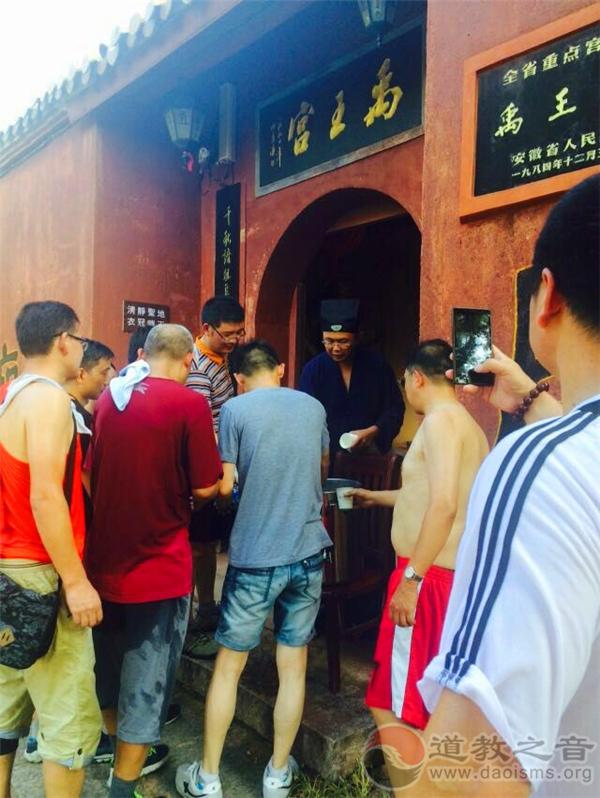 安徽蚌埠市涂山禹王宫为游客煮绿豆汤消暑