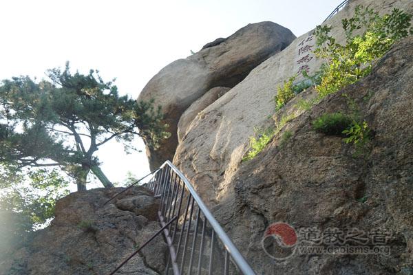 千山夹扁石试良善,清秋深锁谁知圜是洞中洞?