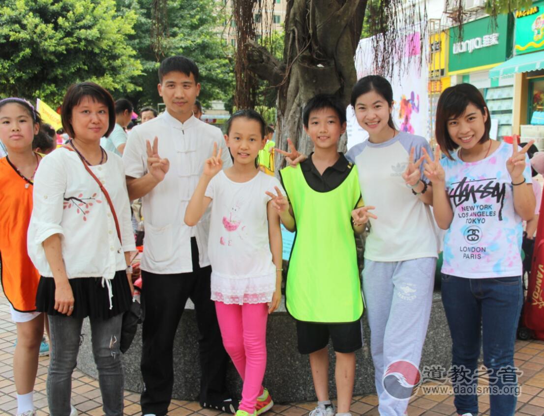 义工与孩子们参与社区游戏