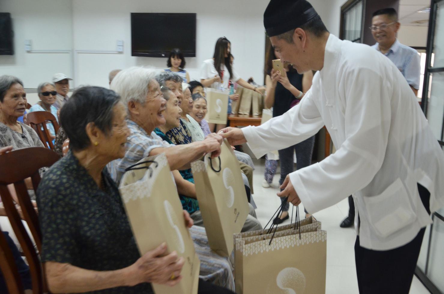 上海白云观开展中秋送祝福慰问社区老人活动