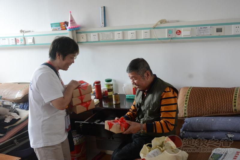 上海城隍庙开展重阳节慈善慰问敬老活动