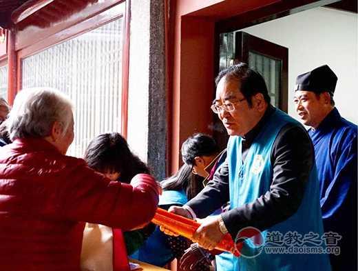 上海城隍庙慈爱超市为街道困难老人发福袋