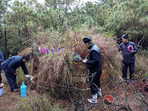 云南省龙泉观举行冬祭日缅怀祭祀扫塔活动
