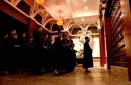 众弟子集合于崇禧门下,自此开始全程止语。